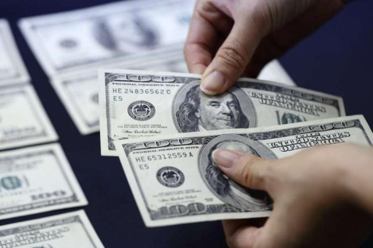 La compra de dólares cayó 37% en enero, a u$s 1.850 millones