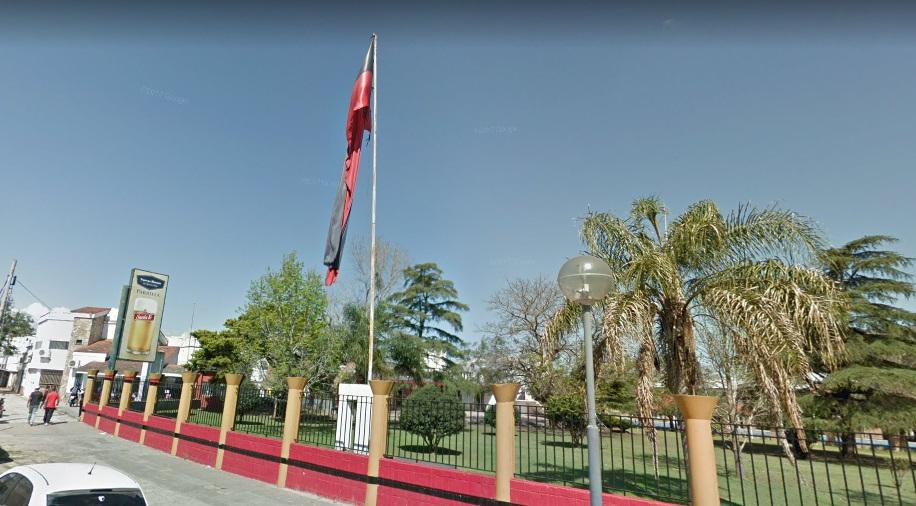 Hinchas de Rosario Central robaron una bandera de Colón