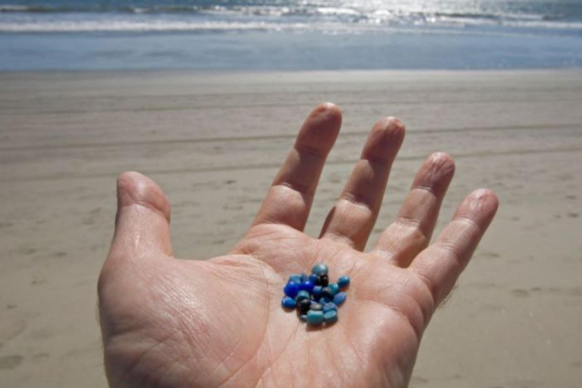 """Qué son las """"lágrimas de sirena"""", la mayor fuente de contaminación plástica de los océanos"""