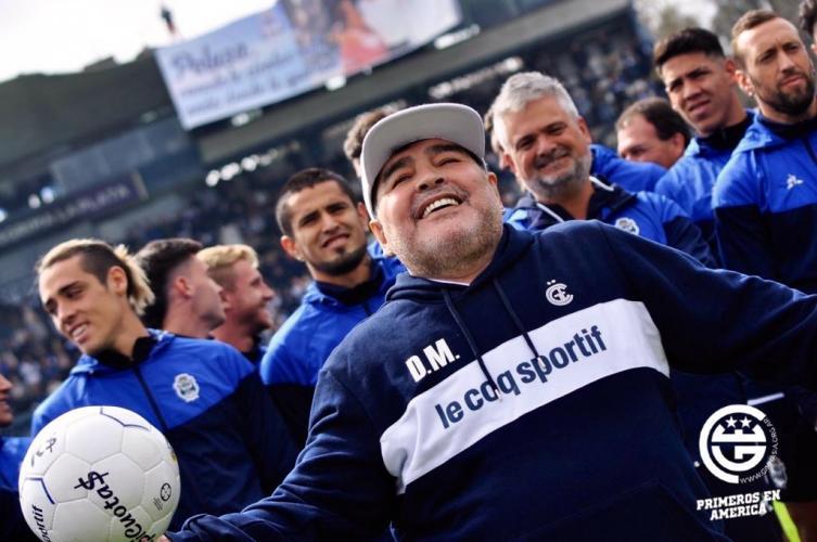 Un emocionado Maradona ya asumió en Gimnasia y Esgrima de La Plata