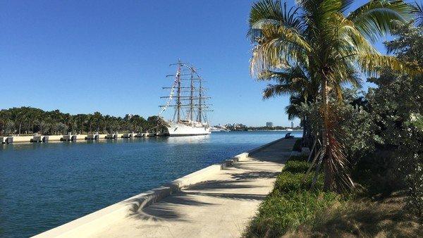 La particular bienvenida de un ciudadano argentino a la Fragata Libertad en Miami