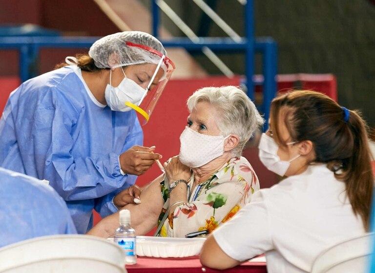 el-impacto-de-la-vacunacion:-los-alentadores-numeros-que-muestran-la-baja-en-contagios-y-muertos-en-adultos-mayores