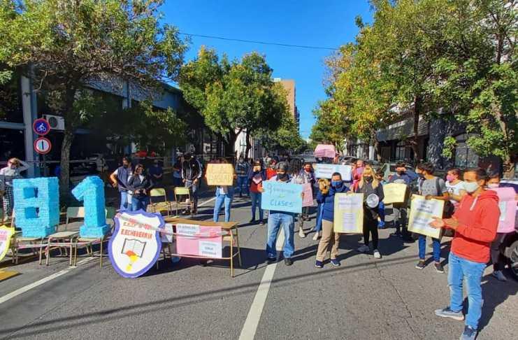 padres-de-alumnos-protestaron-contra-el-traslado-de-la-escuela-echeverria