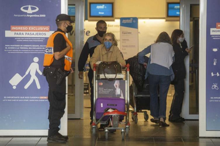 desde-este-lunes-pueden-ingresar-a-la-argentina-solo-600-pasajeros-por-dia