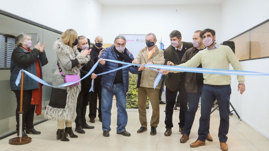 una-foto-que-explica-la-eterna-crisis-argentina:-celebran-la-apertura-de-una-nueva-oficina-estatal-en-rosario
