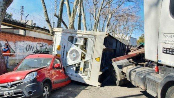 retiro:-volco-un-camion-y-el-container-que-transportaba-aplasto-a-dos-autos