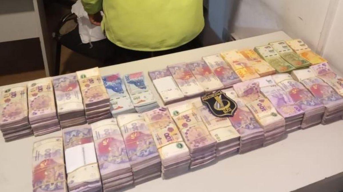 viajaban-por-la-autopista-con-mas-de-1300.000-pesos-que-no-pudieron-justificar