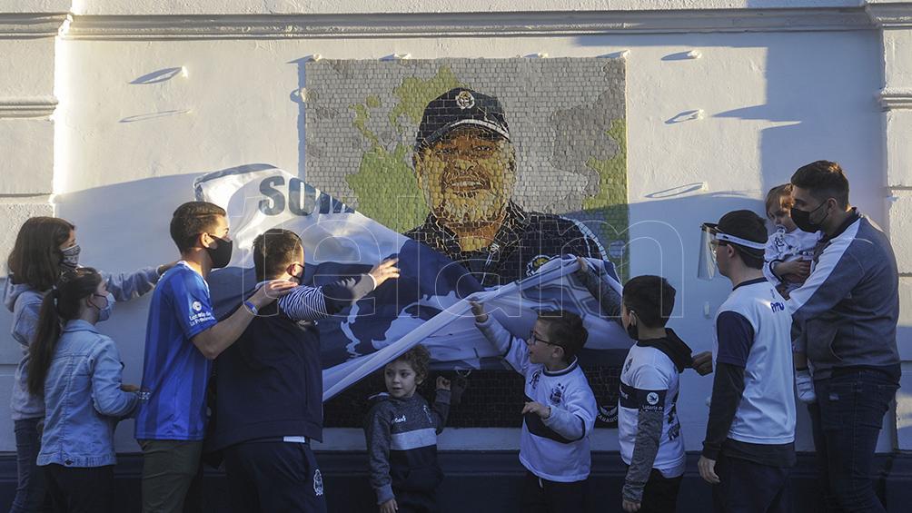 el-mural-de-gimnasia-a-diego-maradona:-las-mejores-fotos